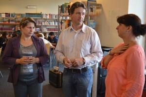 Sandra Hehn im Gespräch mit der Leitung der Schulbibliothek des Ulricianums